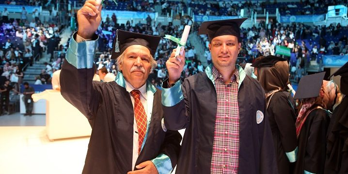 Baba ve oğlun Üsküdar Ünivsersitesi Optisyenlik bölümü mezuniyeti